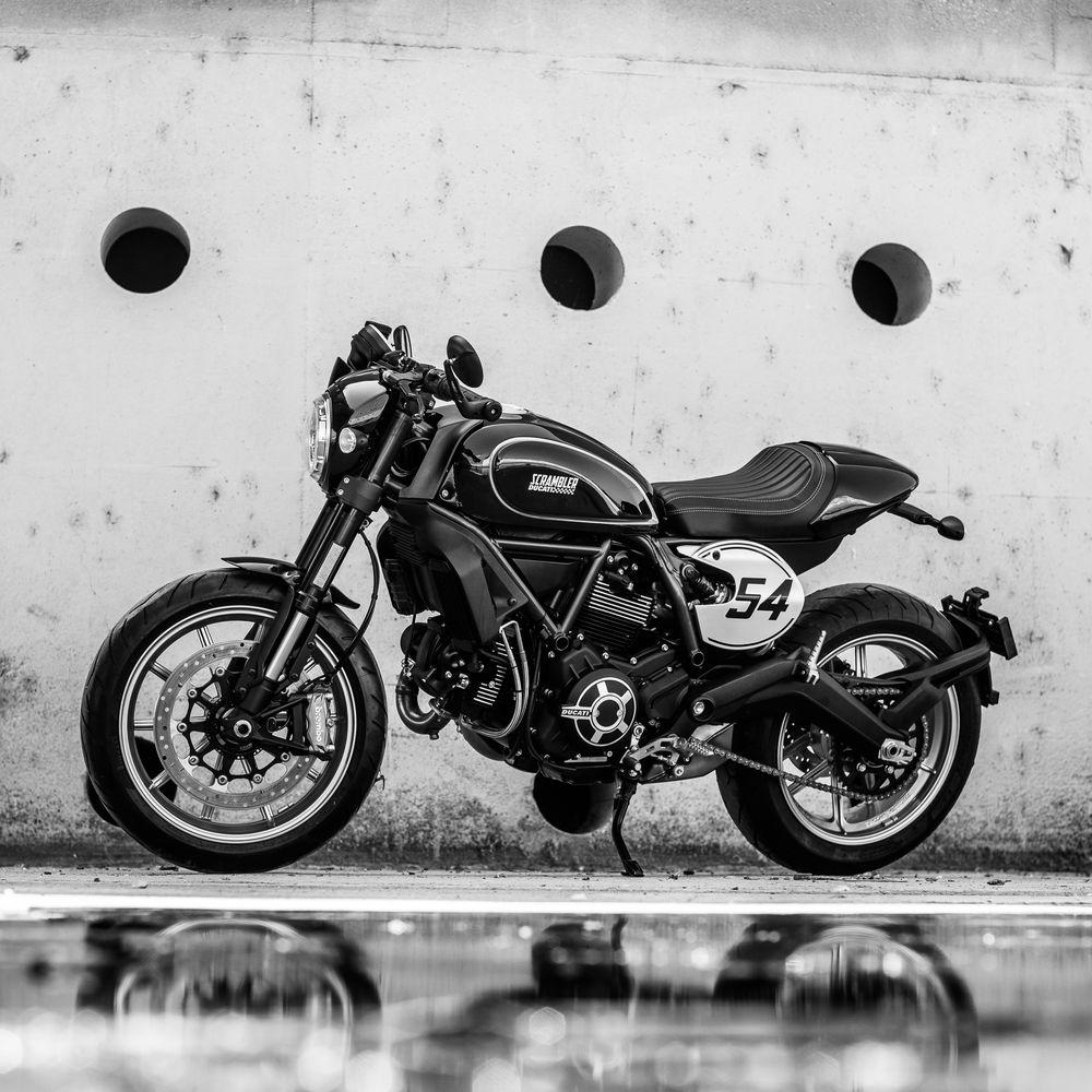 Ducati Scrambler Café Racer en blanco y negro