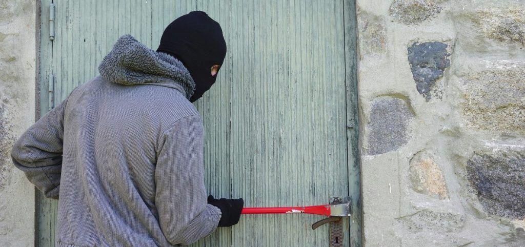 Ladrón forzando puerta
