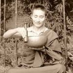 Monje tocando cuenco tibetano