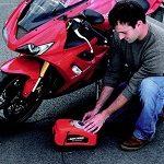 Inflando neumáticos de una moto